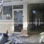 pintu swing aluminium kantor dharmahusada