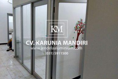 pintu swing aluminium klampis